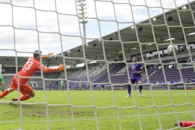 Pascal Testroet (r) erzielte für Aue das 1:0.