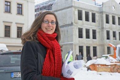 Lydia Richter vom Sächsische Immobilien- und Baumanagement vor dem Rohbau des Hochtechnologiezentrums der Westsächsischen Hochschule. Der markante hohe Giebel gehört zur wiederaufgebauten Hansaschule.