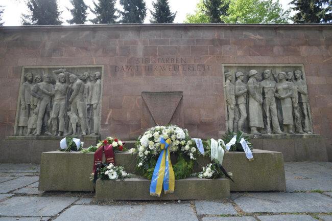 Auch am Mahnmal im Park der Opfer des Faschismus gedachten die Chemnitzer der Opfer des Zweiten Weltkriegs.
