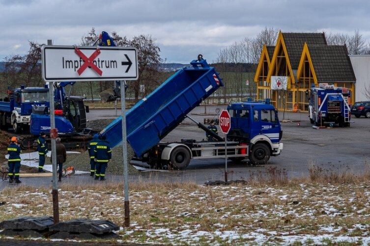 Das Technische Hilfswerk Reichenbach und Chemnitz hat am Montag den Parkplatz vor dem Impfzentrum Eichhergerichtet. Dort wurden Tief- und Erdarbeiten erledigt sowie 50 Tonnen Frostschutz verteilt.