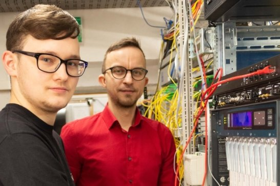 Vorstand Torsten Schmidt (r.) und Netzwerkadministrator Marcel Schönherr in einer Datenschaltzentrale der Erznet AG.