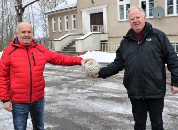 """Die ehemaligen Handballer Dieter Kahle (rechts) und Steffen Funke gehören zum Vorbereitungsteam des Jubiläums""""100 Jahre Handball in Niederwiesa"""", dass 2021 gefeiert werden soll."""