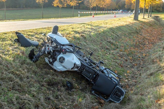 Bei einem Unfall in der Nähe des Thumer Ortsteils Jahnsbach ist am Sonntagnachmittag ein Motorradfahrer nach ersten Informationen verletzt worden.