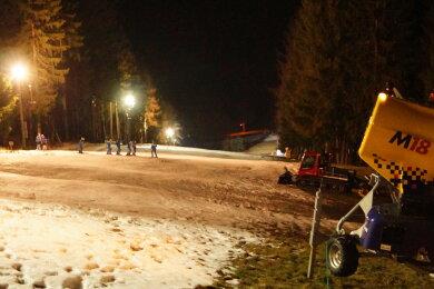 Der Kegelberg Mitte Januar unter Flutlicht.