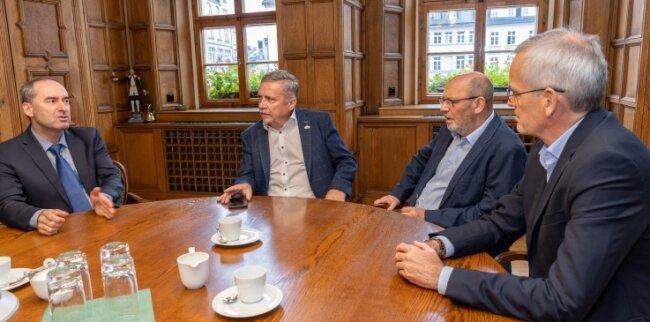 Hubert Aiwanger, Rolf Schmidt, Andreas Schmiedel und Thomas Weidinger (v. l.) in der Kreisstadt beim Gedankenaustausch.