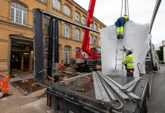 Das Peniger Werk von Schoeller Technocell erhielt am Donnerstag eine neue Rollmaschine. Um auch das größte der Teile in die Werkhalle zu bekommen, musste ein Bereich der Fassade geöffnet werden.