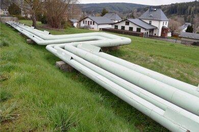 Die oberirdisch verlegten Rohre des Dampfnetzes in Bad Elster werden bis 2023 abgebaut. Sie werden durch ein unterirdisches Heißwassernetz ersetzt.