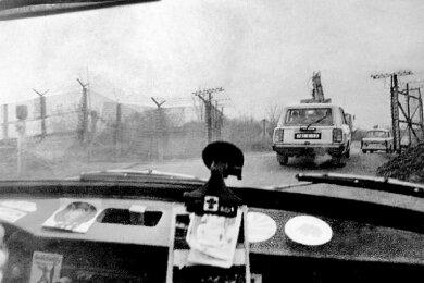 Fahrt durch den einstigen Todesstreifen: Dieses Foto entstand am 15. November 1989 am wenige Tage zuvor eröffneten Grenzübergang zwischen Blosenberg auf sächsischer und Ullitz auf bayerischer Seite.