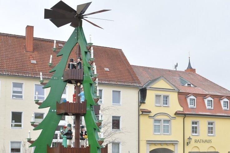 In Weißenborn steht die Pyramide auf dem Platz vor dem Rathaus gegenüber der Grundschule des Ortes.