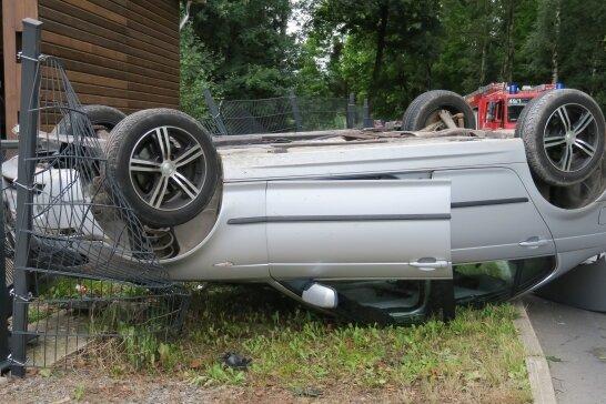 Mit einer Dachlandung endete die Flucht eines Unfallverursachers am Montagnachmittag in Langenberg.