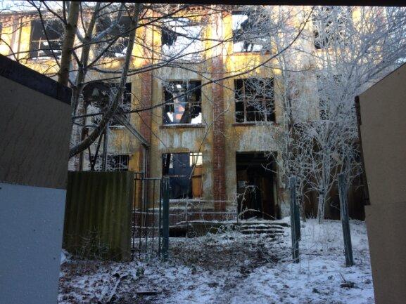 Nach dem verheerenden Großbrand in der Nacht zu Mittwoch ist das Gebäude an der Turnstraße einsturzgefährdet.