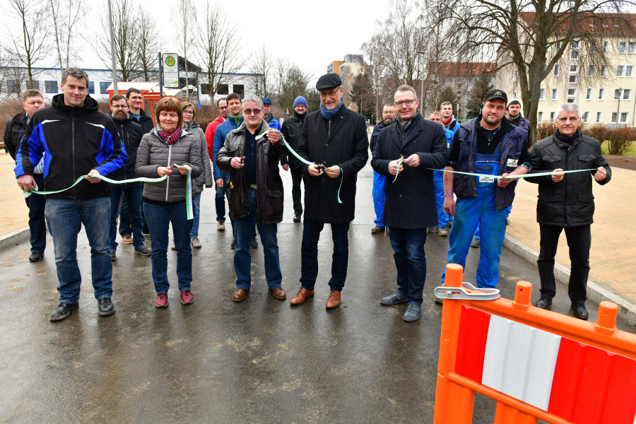 Oberbürgermeister Sven Krüger und Bürgermeister Holger Reuter haben am Mittwoch den letzten Bauabschnitt des Forstwegs freigegeben.