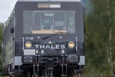 Der Laborzug Lucy des Transportsystemherstellers Thales absolvierte 2019 auf den Gleisen im Bahnhofsgelände von Schlettau eine Aus- und eine Einfahrt. Scheinbar nichts Besonderes, doch die Fachwelt horchte auf: Da der Zug dabei über den neuen Mobilfunkstandard 5G ferngesteuert wurde, war das eine Weltpremiere. Dazu hatte Vodafone eine der ersten 5G-Stationen Deutschlands auf dem Bahnhof in Schlettau errichtet.