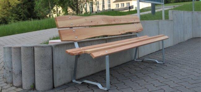 In Leubsdorf wurden auf Initiative des örtlichen Kulturvereins Bänke aufgestellt. Eine davon steht am Lindenhof.