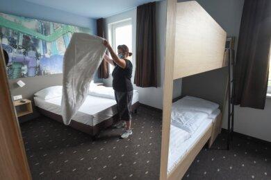 Mitarbeiterin Melanie Krusche (im Spiegel) bereitet eines der Familienzimmer im neuen B&B-Hotel für die Gäste vor. Mit Doppel- und Doppelstockbett ist es eines der größten im Haus.