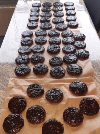 Solche Oblatenlebkuchen fanden Senioren in Friesen vor ihrer Tür.