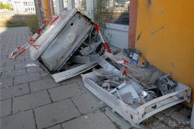 Reste des zerstörten Automaten an der Sonnenstraße. Spuren der Explosion waren am Donnerstag auch an der Hauswand noch deutlich zu sehen.