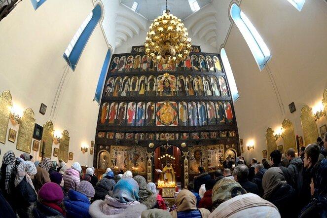 Während des Gottesdienstes ist die Königstür der Ikonostase geöffnet und gibt den Blick auf einen großen Leuchter im Altarraum frei. Dessen sieben Lichter stehen für die Sakramente der russisch-orthodoxen Kirche. Zum Altarraum haben die Gläubigen keinen Zutritt. Das Foto zeigt Erzpriester Alexej Tomjuk (hinten Mitte) bei der Lesung aus der Bibel gestern im Gottesdienst. Die Zeremonienordnung - die Liturgie - ist über Jahrhunderte nahezu unverändert geblieben.