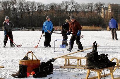 """<p class=""""artikelinhalt"""">Mit Schlittschuhen, Hockey-Schlägern und Hörnerschlitten pilgern die Chemnitzer in diesen Tagen unter anderem zum zugefrorenen Schloßteich. Doch zum Betreten offiziell frei gegeben ist die Eisfläche ebenso wenig wie andere zugefrorene Seen und Talsperren.</p>"""