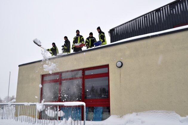 Die Freiwillige Feuerwehr Kirchberg räumt das Dach städtischen Sport- und Mehrzweckhalle frei.