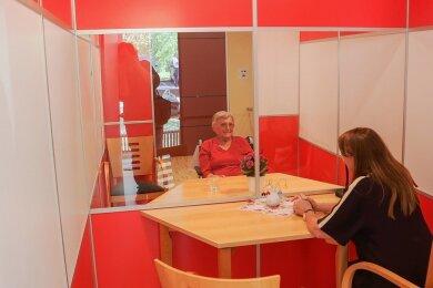 Wieder Verbindung mit der Außenwelt: Elfriede Liebscher (81), Bewohnerin des Pflegeheims Matthias-Claudius-Haus in Chemnitz, sprach in einer Besuchsbox mit Gesundheitsministerin Petra Köpping.