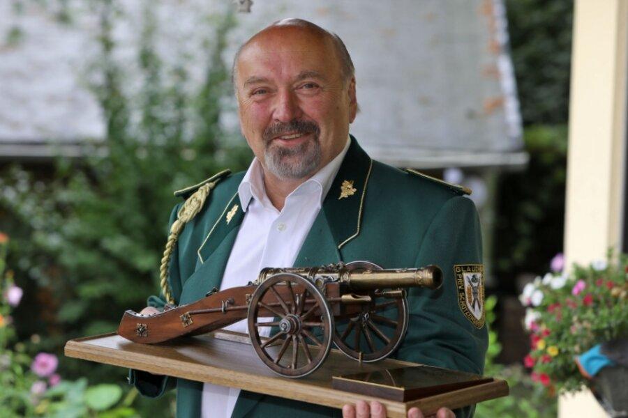 Hermann Scherzer mit dem Wanderpokal in der Form einer Schützenkanone.