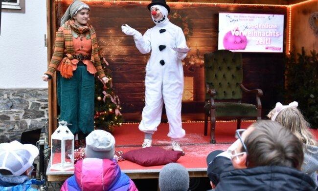 Die Theaterpädagogen des Theaters Zwickau-Plauen führten am Kinderheim Tannenmühle in Erlbach ein kleines Programm auf. Im Foto: Charlotte Thomas als Schneefrau und Samantha Engl als Wichtelin.