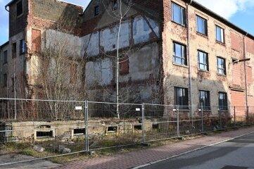 Die alte Fabrik steht an der August-Bebel-Straße.