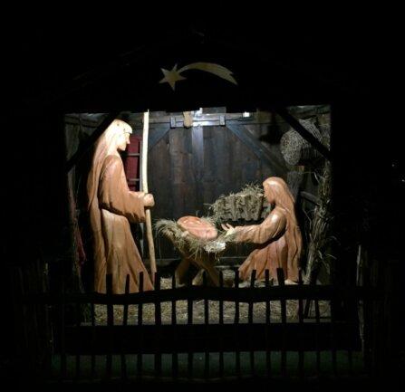 Der Elsteraner Holzgestalter Heiko Fuhrmann hat die neuen Figuren der Weihnachtskrippe gestaltet. Die Bretter des Stalls stammen von alten Häusern aus dem Kurort.