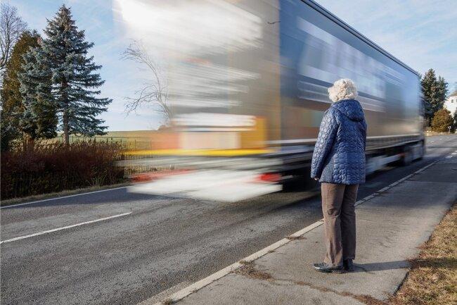 Die B 95 zu überqueren, ist in Schönfeld nicht immer leicht. Der Verkehr rollte oft ununterbrochen.