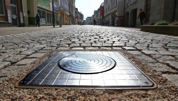 Die elektronischen Poller öffnen und schießen die Fußgängerzone Leipziger Straße in Glauchau für Autos.