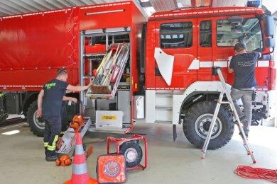 Nach der Ankunft des neuen Gerätewagens wird das Fahrzeug beschriftet und die Gerätschaften funktionsfähig gelagert.
