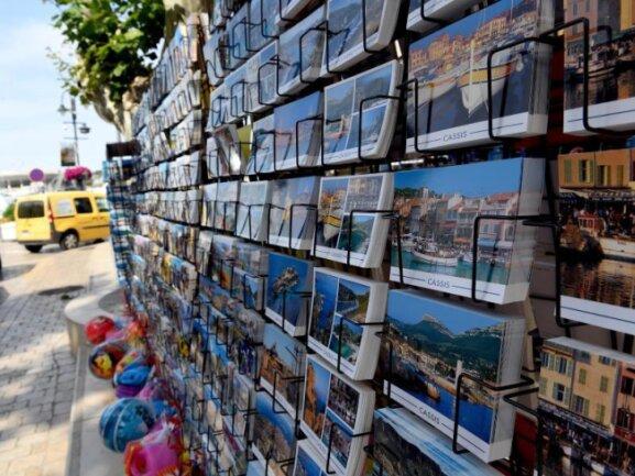 Immer noch beliebt, um Grüße in die Heimat zu senden: Postkarten in einem Souvenirladen in Cassis in Frankreich.