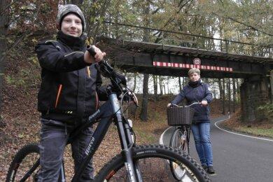 Der zehnjährige Collin und Mutter Berit Wittke aus Milkau hatten Aktivitäten an der ehemaligen Eisenbahnbrücke bei Arras beobachtet. Sie hoffen nun, dass am Radweg bald weitergebaut wird.
