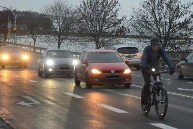 Ein Radfahrer im abendlichen Berufsverkehr im Bereich der Anschlussstelle Treuen, wo die S 299 die A 72 quert. Der Kreuzungsbereich bleibt auch nach dem Umbau für Radfahrer und Fußgänger gefährlich.
