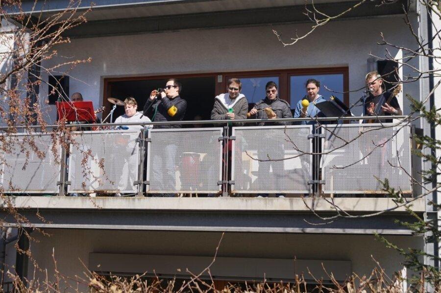 Löwenzahnband nutzt Balkon als Bühne