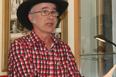 Der mit dem Hut liest: Andreas H. Buchwald, gebürtiger Sachse, ist von Bayern ins Vogtland gezogen. In Lengenfeld stellte er seine Romanreihe vor.