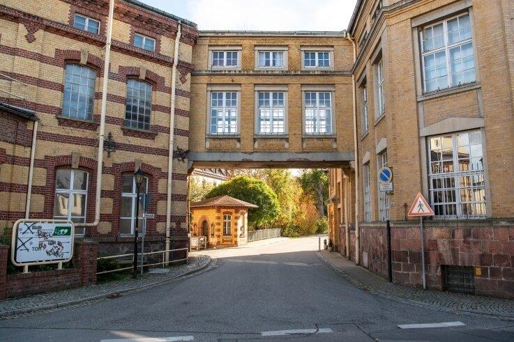 Bald könnte in den markanten Gebäude der einstigen Lunzenauer Papierfabrik wieder Leben einziehen. Denn der Komplex ist verkauft.
