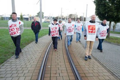 108 Mitarbeiter - die Fahrer der Plauener Straßenbahn GmbH sowie Gleis- und Oberleitungsbauer und Kollegen der Verwaltung und der Werkstatt sind seit 3 Uhr morgens, kurz vor Beginn der ersten Schicht, im Warnstreik.