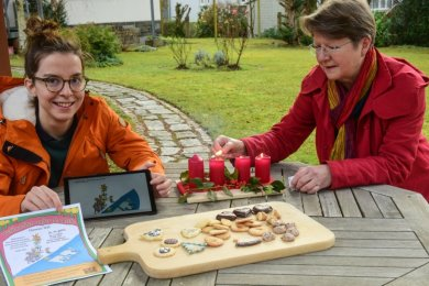 Karola Köpferl und Hildegard König (von links) zeigen im privaten Garten, wie ein solches Mikroweihnachtsfest gefeiert werden könnte. Sie hoffen, dass am 24. Dezember 2020 um 17 Uhr viele Menschen gemeinsam singen - auf Balkonen, an Fenstern, in Gärten.