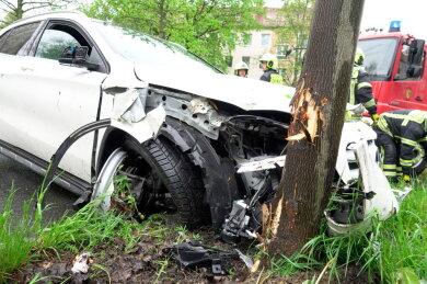 Ein 84-Jähriger ist am Mittwochvormittag an der Zschopauer Straße stadteinwärts mit seinem Mercedes gegen einen Baum geprallt.