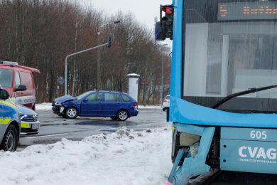 Die Straßenbahn und der Skoda wurden bei dem Unfall beschädigt.