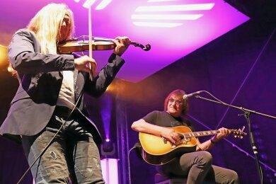 """Im Zusammenspiel mit Dieter """"Maschine"""" Birr (r.) zeigte Uwe Hassbecker seine Talente nicht nur an den Gitarren, sondern auch auf der Violine."""