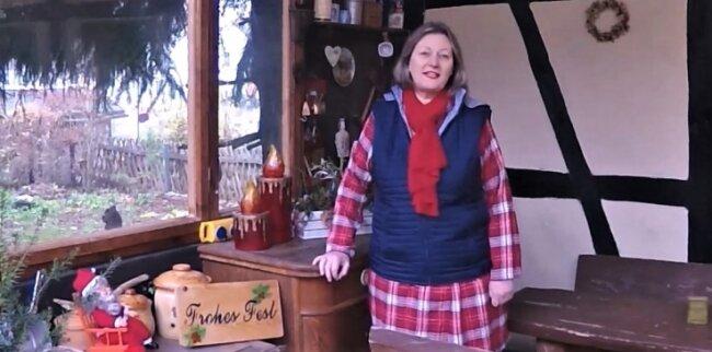 Ingrid Käppel in der Scheune in Oberreichenbach. Sie gehört zu den 22 Stadträten, die beim Weihnachtsgruß mitgesungen haben