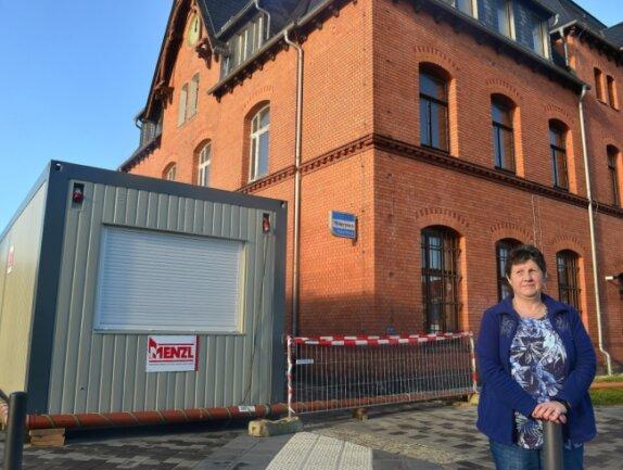 """Ist dieser Container sicher und groß genug, um einen Paketshop zu beherbergen? Karin Grundmann bezweifelt das. Die aktuell einzige Mieterin im Bahnhofsgebäude sagt: """"Ich überlege, mein Gewerbe abzumelden."""""""