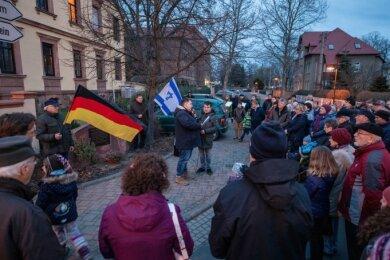Ein derartiger Menschenauflauf ist dieses Jahr nicht möglich: Vor einem Jahr gedachten rund 100 Menschen am Mahnmal an der Seminarstraße der Opfer des Nationalsozialismus.