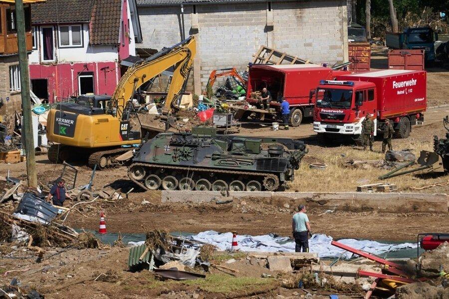Im kleinen Ort Schuld im Ahrtal laufen die Auräumungsarbeiten auf Hochtouren. Sachverständige haben 31 bis 48 Millionen Euro beziffert.