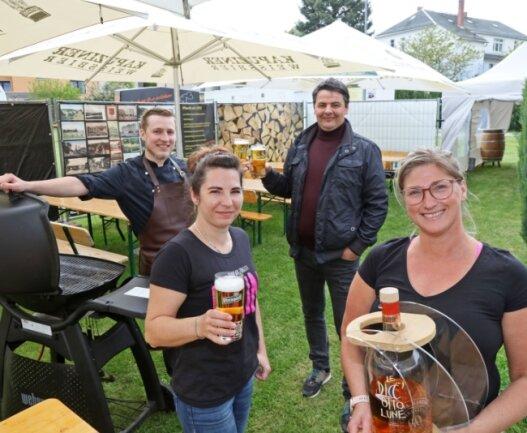 """Karsten Bonitz (rechts hinten) will 0.01 Uhr den Biergarten seines Restaurants """"Zum Adam"""" in Zwickau-Planitz für Gäste öffnen."""