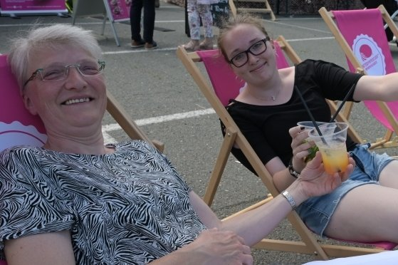 Beate Opalinski (links) und Alexandra Opalinski haben sich nach dem Bummel über den Platz eine Pause in den Liegestühlen gegönnt.
