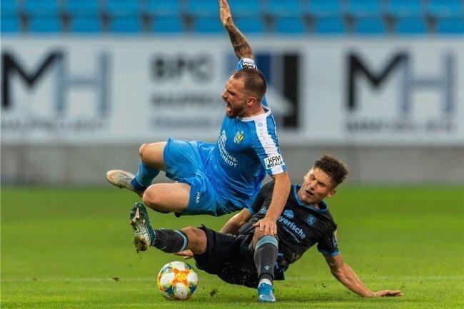 Der Münchner Torschütze Leon Klassen (unten) stoppt den Chemnitzer Pacal Itter unsanft.